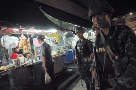 '낮이나, 밤이나….' 자동소총으로 무장한 타이군 병사들이 타이 남부 무슬림 거주지��인 빠따니 중심가 야시장을 순찰하고 있다. (Photo by Lee Yu Kyung)
