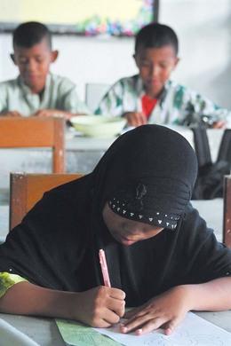나라티왓 초아이롱 지구의 한 공립학교에서 무슬림 소녀가 불교도인 동급생들과 어울려 수업을 듣고 있다. (Photo by Lee Yu Kyung)
