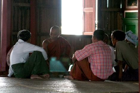 버마의 불교도들은 최소한 주 1회 사원을 찾아 승려와 음식을 나누고 인생 상담도 한다. 주민과 승려들은 모든 영역에서 밀착된 관계를 유지하고 있다 (Photo by Lee Yu Kyung)