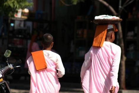 오후 나절 보시를 얻으러 다니는 비구니 승려들. 나는 약 한 시간가량 그들을 '미행'해보았다. 단 한 건의 예외도 없이 주민들은 음식과 기부금을 제공하고 존경을 표했다 (Photo by Lee Yu Kyung)
