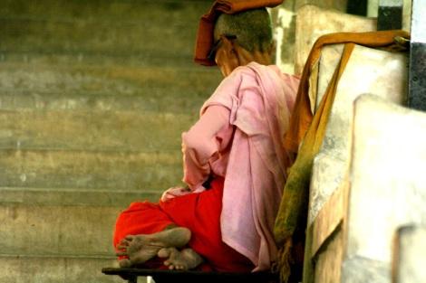 버마 제 2의 도시이자, 승려들의 도시로 불리는 만달레이의 명소, '만달레이 언덕'을 오르는 계단에 한 비구니 노승이 앉아 있다.(Photo by Lee Yu Kyung)