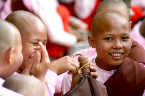 비구니 승려들. 9월 23일 이후 거리 시위의 뒷열을 이어가던 그들에 대한 폭력과 구속 상태를 증언해줄 자료들은 나타나지 않고 있지만 버마 군부 전문인 '성고문'의 우려가 나돌고 있다. (Photo by Lee Yu Kyung)