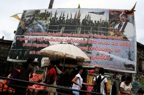 '타밀호랑이를 무찌르고 내전을 끝내겠다!' 마힌다 라자팍세 대통령과 고타바야 라자팍세 국방부 장관 등의 얼굴 사진이 등장하는 대형 선전판은 수도 콜롬보는 물론 스리랑카 전역에서 쉽게 마주할 수 있다.(Photo by Lee Yu Kyung)