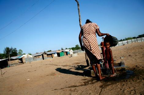 Tamilische Kriegsflüchtlinge in der Ostprovinz Sri Lankas. Seit 2006 leben sie in Lagern, obwohl ihre Heimatorte angeblich bereits seit Mitte des Jahres 2007 »befreit« sind. (Foto : Carla Lee)
