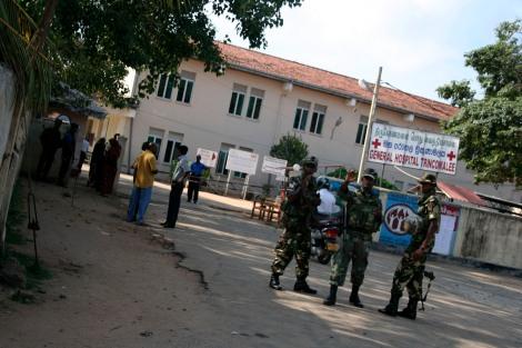 적십자 구호요원들이 전투 지역인 북부 와니에서 상태가 심한 부상자를 후송해 치료하는 동부 트링코 말리 종합병원. 주변에서 무장한 군인들이 경계를 서며 외부인의 출입을 철저히 통제하고 있다.(Photo by Lee Yu Kyung)