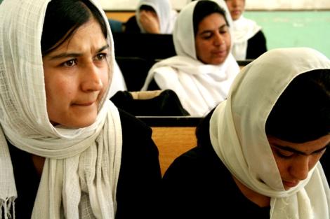 이슬람 샤리아 율법을 강제로 적용시켜왔던 탈레반은 그들이 통치하던 시절(1996~2001) 여성교육을 금지하거나 종교 교육에 국한해왔다. 이런 탈레반의 극단적 조치들은 사실상, 아프간 전 인구의 50%를 넘는 파슈툰 족 사회의 '보편적인' 전통에 기반한 것이다. 사진은 칸다하르의 자루구나 여학교 수업장면. (Photo by Lee Yu Kyung)