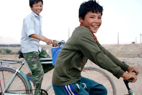 테헤란 외곽 마흐무드 아바드 지역 아프간 난민 어린이들은 이란 당국에 '노출'되지 않기 위해 '사복'을 입고 비밀학교에 다니고 있다. 대부분 4~5 km를 걷거나 자전거를 타고 통학한다. (Photo by Lee Yu Kyung)