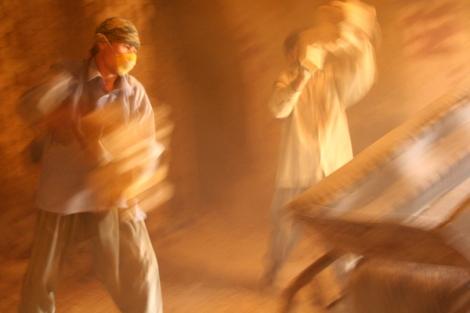 이란과 파키스탄에 흩어진 수백만 아프간난민들은 대부분 벽돌 공장에서 일한다. 50~60도가 족히 넘는 공장 안에서 구운 벽돌을 밖으로 빼내고 있는 아프간 노동자들  (Photo by Lee Yu Kyung)