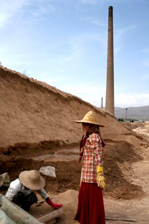 여성난민과 소녀들도 벽돌 만들기 노동으로 생계를 잇고 있다 (Photo by Lee Yu Kyung)