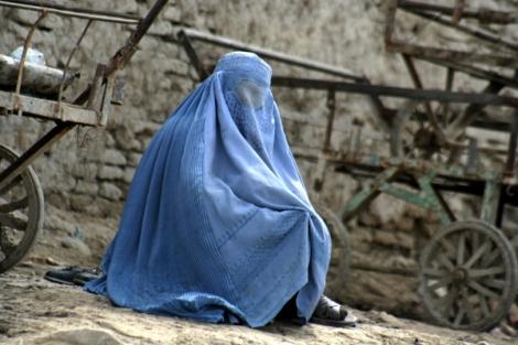10여 년 전에 끝난 내전의 흔적은 카불 곳곳에 여전히 남아 있다. 파괴된 현장 한 켠에서 부르카를 두른 두 과부 여인이 앉아 있다. 거리에서 동냥하는 여인들에게 부르카는 최소한의 자존심을 지켜주는 도구다. 이 여인들 대부분은 전쟁과부들이다. (Photo by Lee Yu Kyung)