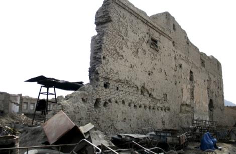 10여 년 전에 끝난 내전의 흔적은 카불 곳곳에 여전히 남아 있다. 파괴된 현장 한 켠에서 부르카를 두른 두 과부 여인이 앉아 있다. 거리에서 동냥하는 여인들에게 부르카는 최소한의 자존심을 지켜주는 도구다. 이 여인들 대부분은 전쟁과부들이다 (Photo by Lee Yu Kyung)
