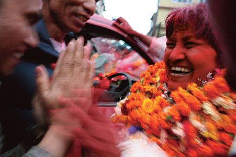 '혁명의 첫발, 오늘을 기억하세요~!' 네팔 수도 카트만두에서 당선된 마오이스트 여성 지도자 히살라 라미가 꽃다발을 목에 건 채 환한 표정으로 지지자들의 축하를 받고 있다. 카트만두 일대에서 예상 밖의 선전을 한 마오이스트는 도시와 농촌 모두에서 확실한 지지기반을 닦아놓았다.(Photo by Lee Yu Kyung)