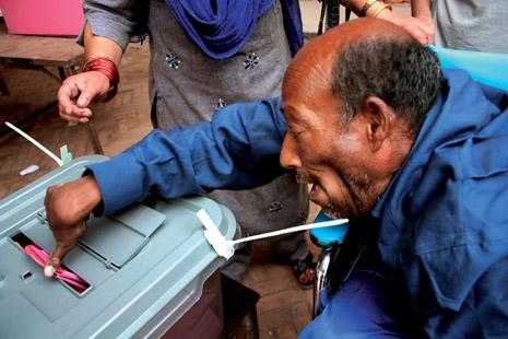 공화국이여, 오라 한 장애인 유권자가 가족의 도움을 받아 제헌의회 투표장에서 소중한 한 표를 행사하고 있다.(Photo by Lee Yu kyung)