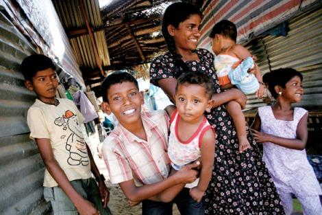 스리랑카 동부 바티칼로아의 한피난민 캠프에서 난민 여성과 아이들을 만났다. 지난 2006년 동부 트링코말리 지역에서 정부군과 타밀호랑이 반군이 벌인 치열한 전투를 피해 피난길에 오른 이들은 전투가 끝난 지금껏 고향으로 돌아가지 못했다.(Photo by Lee Yu Kyung)