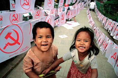 자랑찬 네팔인이여, 공화제로 나아가자! 거리에 설치된 마오이스트 선전물 사이에서 네팔 남녀 어린이가 밝게 웃고 있다. (Photo by Lee Yu Kyung)