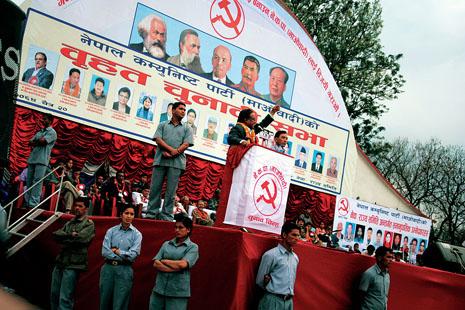 네팔 수도 카트만두 중심가에서 열린 마오이스트 선거 유세장에서 프라찬다 마오이스트 의장이 삼엄한 경호 속에 격정적인 연설을 하고 있다. (Photo by Lee Yu Kyung)