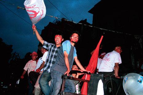 공화국이여, 오라 선거 승리가 확정되자 카트만두 거리로 쏟아져나온 젊은 마오이스트 지지자들이 차량에 올라타 축하행진을 하고 있다. (Photo by Lee Yu Kyung)