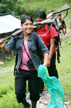 마을 주민들이 모여있는 집회 장소에 속속 도착하고 있는 인민해방군 대원들. (Photo by Lee Yu Kyung)