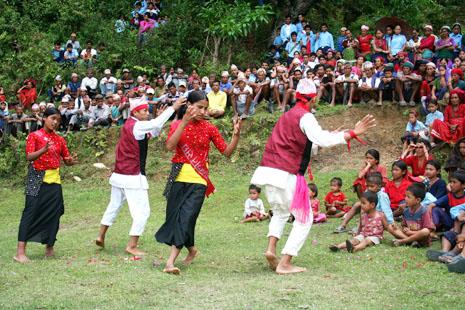 마을 주민들 앞에서 공연하고 있는 마오이스트 문화선봉대 (Photo by Lee Yu Kyung)
