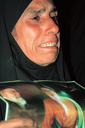 6월3일 이란 수도 테헤란 남부 외곽 '이맘 호메이니 신전'에서 열린 아야톨라 루홀라 호메이니 사망 18주년 전야제에 참석한 이란 여성이 호메이니의 생전 사진을 든 채 울먹이고 있다. 호메이니가 주도한 1979년 이슬람 혁명은 오늘을 사는 이란인들에게 어떤 의미일까?