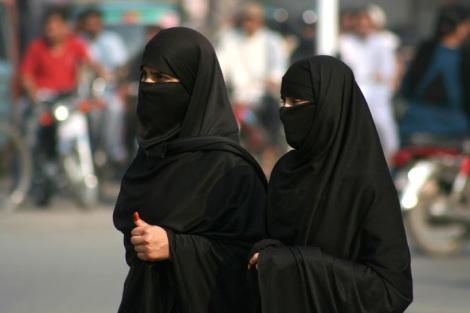 두 명의 파키스탄 여성이 얼굴까지 가린 히잡을 두른 채 라호르 시내를 걷고 있다. 비교적 안전하고, 개방적인 문화의 도시로 명성을 이어가던 라호르는 이슬람 근본주의의 급성장으로 더이상 폭탄 공격의 예외지역이 아니다. (2008년 촬영 / Photo by Lee Yu Kyung)