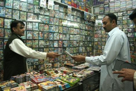 폐사와르 중심가에서 영화와 음악 CD를 파는 이프티카르 아흐마드(38)는 종교정당연정이 폐샤와르를 주도로 한 북서 변경주 지방 정부로 있을 당시를 '암흑의 시기'였다고 표현한다. 2008년 총선에서 종교정당은 패배했지만 탈레반화는 파키스탄 전역에서 급진전되고 있다. (2008년 촬영/Photo by Lee Yu Kyung)