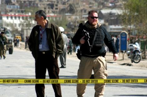 아프간 수도 카불의 차량 폭탄 현장에 사설 경비업체 보안직원들로 보이는 이들이 출동했다. 아프간 탈레반이 급성장해온 남부가 나토 중심의 ISAF 연합군의 몫이라면, 사진 속 경비업체 '보안군'들을 포함 미국의 특수 부대 등은 아프간 동부(파키스탄 서부) 알카에다 색출 작전에 주력해왔다. 그러나 이런 이중 전선의 성격을 잘 파악해온 파키스탄이 수년간 벌여온 이중 플레이로 인해 아프간동부-파키스탄 서부의 국경 지대는 알카에다의 여전한 거점과 지역 탈레반화 가속화를 보고 있다  (2007년 촬영 / Photo by Lee Yu Kyung)