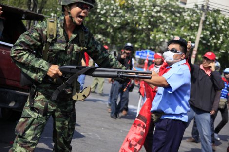 Hundreds of red shirts protester clashed with armed soldiers near government house midday of April 10, as they were blocked their way for Phan Fa bridge, where red shirts' main stage has been set up. (© Lee Yu Kyung 2010)