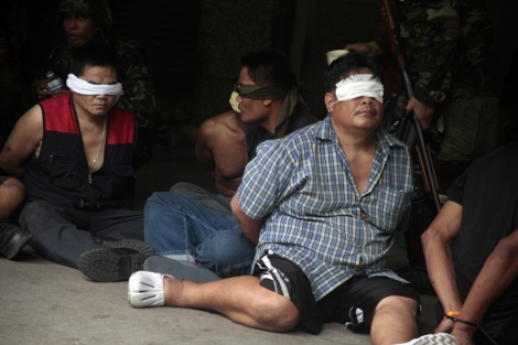 Red Shirts prisoner while the bloody crackdown by thai armed forces on May 19 (Photo by Lee Yu Kyung) / 5월 19일 타이군의 무력진압과정에서 포로로 잡힌 붉은 셔츠 시위대 (사진 : 이유경)