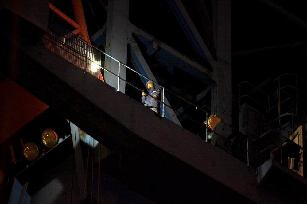 매일 저녁 7시 30분부터 한 시간 가량 진행되는 문화제동안 김진숙씨는 크레인 '고공다리'를 왕복하는 운동과 트위터에 집중하는 듯하다. (Photo @ Lee Yu Kyung) .