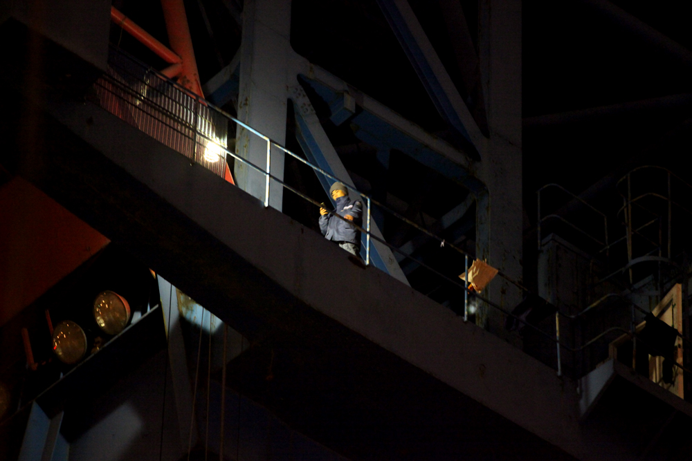 During the night rally organized by the laid offs workers' association, Ms. Kim Jin-Suk does exercise while twitting. (Photo @ Lee Yu Kyung)