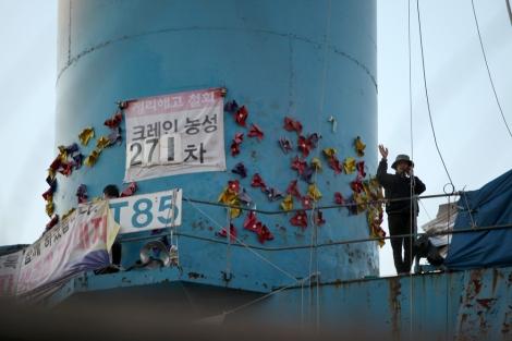 '85 크레인 김진숙'을 사수하기 위해 한진 중공업 해고 노동자 정흥영, 박영제, 박성호씨가 113일째 (10월 17일 현재) 농성을 이어가고 있다. 사진은 박영제씨가 건너편에 선 아내와 통화하는 모습 (Photo @ Lee Yu Kyung)