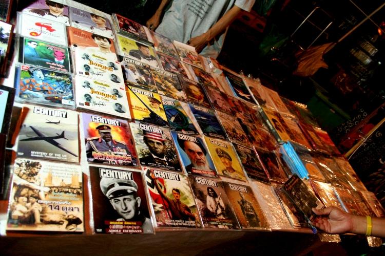 타이 방콕의 '노란 셔츠'(PAD) 시위 현장에서 판매 중인 역사 인물 DVD. 유독 히틀러를 다룬 것이 많다. 타이 특유의 '암맛'(지배 엘리트) 경배 풍조가 낳은 '마초 사회'의 성격이 드러나는 현상이다. (Photo by Lee Yu Kyung)