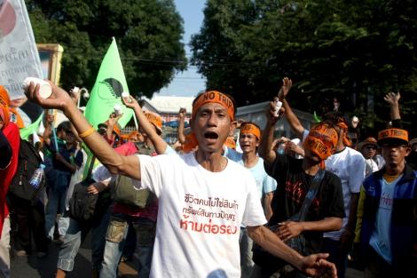 타이-EU FTA 협상 개시를 앞두고HIV/AIDS감염인들이 정부청사 앞에서 자신들이 복용하는 에이즈 약통을 흔들며 시위를 벌이고 있다. (Photo by Lee Yu Kyung)