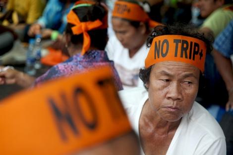 타이-EU FTA 협상 개시를 앞두고  HIV/AIDS감염인 뿐 아니라, 성 노동자, 금주네트워크 그리고 농민 (사진) 등 시위대 1500명 가량이 정부청사앞에서 'TRIPS 플러스' 반대 시위를 벌이고 있다. (Photo by Lee Yu Kyung)