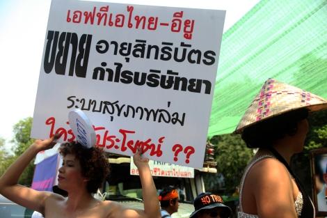 직업상 각종 성병과 HIV/AIDS 검사를 정기적으로 받아야 하는 타이 성노동자들은 여전히 HIV/AIDS 감염 노출도가 높은 그룹으로 분류된다.  불법 신분인 이주 성노동자들 HIV/AIDS감염인 일부도  돕고 있는 이들은 타이-EU FTA 협상이 타이에 사는 누구라도 영향 받을 거라 경고한다. (Photo by Lee Yu Kyung)
