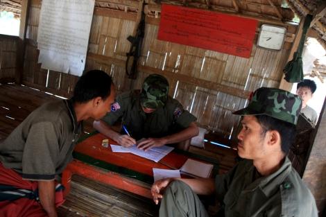 » 타이-버마 국경을 가르는 살윈강 부근의 카렌반군(KNU) 초소에서 반군 병사들이 일종의 '출입국 업무'를 하고 있다. 60년 내전을 거쳐 지난 1월 정부군과 휴전에 합의한 이후, 반군진영도 물밀듯 밀려들어오는 개발사업에 끼어들고 있다. (Photo  © Lee Yu Kyung)