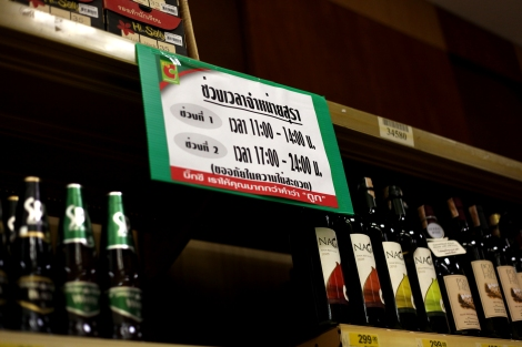 슈퍼 주류코너에 가면 어디나 붙어있는 안내판. 타이에서는 오전 11-오후 2시, 오후 5시-자정에만 술을 살 수 있다. (Photo © Lee Yu Kyung)