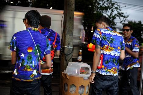 송크란물축제기간 유니폼처럼 옷을 맞춰입은 젋은이들이 맥주 한모금과 물싸움을 병행하며 즐거워하고 있다. (Photo © Lee Yu Kyung)