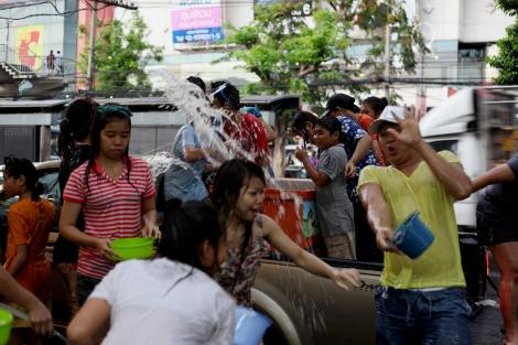 송크란 새해 물축제기간 타이 전역은 물바다가 된다. 복을 기원하며 물세례를 가하던 전통은 그러나 높은 음주사고와 과도한 물싸움으로불편해지는 기간이기도 하다. (Photo © Lee Yu Kyung)