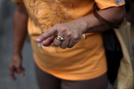 수도 쿠알라 룸푸르 한 유권자가 투표한 진 두시간 반만에 잉크가 지워졌다며 손가락을 내밀었다. 중복 투표를 막기 위해 사용되는 '지워지지 않는 잉크'가 지원지는 것으로 보고되는 사례가 쏟아지면서 선거 부정 논란에 불을 지폈다. (Photo by Lee Yu Kyung)