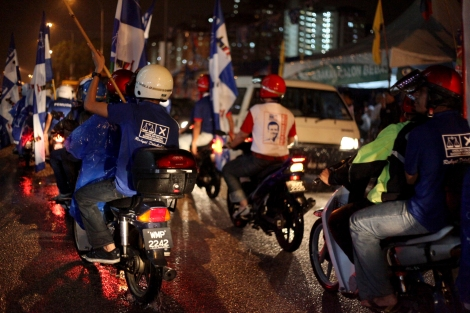 Supporters of ruling coalition BN has made noisy drive around oppositions' campaign site on May 3rd. This has reflected the Malaysia's 13 general election, which was held on May 5th , was ever closely contested one. (Photo © Lee Yu Kyung)