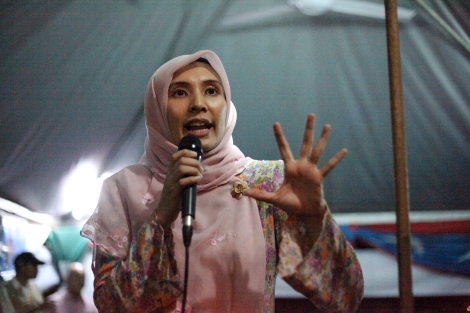Nurul Izzah Anwar, a daughter of Anwar Ibrahim, on mobile campaign tour in her constituency in Lembah Pantai. She's regained her seat for second term. (Photo © Lee Yu Kyung)