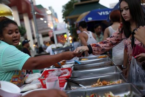 방콕의 거리음식들. 타이 전역 어디서나 볼 수 있는 거리 음식은 싸고 맛있다. 그러나 부엌없는 주거형태로 인해 끼니 를 매번 외식으로만 떼워야 한다면, 건강을 헤치는 건 물론 삶의 질에도 영향을 미칠 수 있을 것이다. (Photo © Lee Yu Kyung)