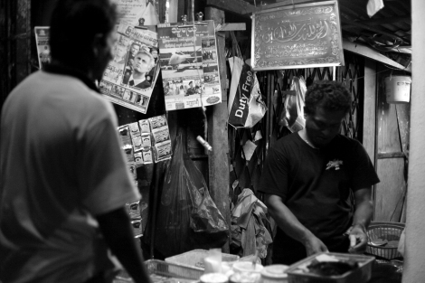 버마 무슬림들이 대거 모여사는 말레이시아 수도 쿠알라 룸푸르의 한 구역. 동네 구멍가게 주인이 인종과 종교를 초월하여 버마전역에서 사랑받는 비틀넛을 판매하고 있다. 최근 버마내 종교 갈등이 말레이시아 거주 버마 이주민들 사이에도 영향을 주면서 폭력사태가 불거진 바 있다. 버마 내 갈등이 계속되는 한 이주민들 사이의 긴장감도 쉽게 가시지 않을 것으로 보인다. (Photo © Lee Yu Kyung)