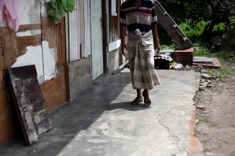 난민보트와 오랜 정글 생활 동안 접은 다리 생활의 후유증으로 잘 걷지 못하는 자니 알람 (25, Jani Alam) 이 힘겹게내딛어가며 걷기운동을하고있다 (Photo © Lee Yu Kyung)