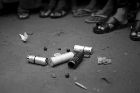 8월 9일 오후 2차 폭력사태가 발생한 보두바 캠프에 남겨진 총탄들. '고무총탄만 쐈다'는 캠프 밖 일부 소문과 달리 고무탄, 실탄 등이 고루 사용되었다. (Photo © Lee Yu Kyung 2013)