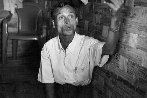 시뜨웨 외곽 무슬림 피난민 캠프에 머물고 있는 로힝야 난민 아부 시디끄(44)는 2010년 총선에서 시민권을 준다는 말에 '탄쉐당'을 찍었다. 탄쉐(Than Shwe)는 전 군사정권의 최고 지도자이고, 탄쉐당은 여당이 된 통합연대개발정당 (USDP)이다. USDP가 여당이 되고 민간정부가 들어섰지만 시민권은 커녕 인종,종교폭동으로 로힝야들의 삶은 더 어려워졌다. 아부 시디끄는 배신감을 느낀다고 했다. (Photo © Lee Yu Kyung 2013)