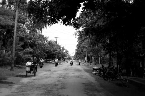 1.아라칸 주 시뜨웨시 마지막 무슬림 구역, 아웅 밍갈라로 향하는 길. 체크포인트가 눈에 들어온다 (Photo © Lee Yu Kyung 2013)