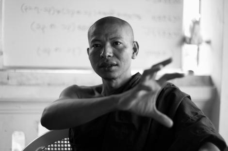 21.아라칸주 청년승려연합 소속인 라까잉 승려 우 사킹타. 그는 엔지오 구호활동에 협조적인 그나마 아라칸 주에서는 '중도'로 통하는 인물이다. 그러나 ''무슬림들이 아이를 너무 많이 낳는 게 (분쟁의) 주 원인''이라는 점을 매우 강조한다. (Photo © Lee Yu Kyung 2013)